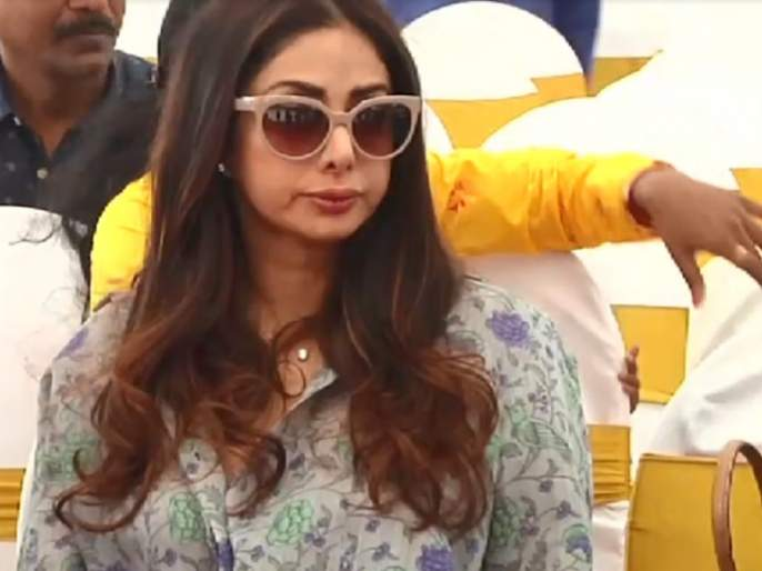 Sridevi looks like hiding lips! Lip job or anything else? | सुजलेले ओठ लपवताना दिसली श्रीदेवी! लिप जॉब की आणखी काही?