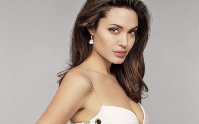 Angelina Jolie suffers from loneliness; The date to do this person! | एकटेपणामुळे वैतागली अॅँजेलिना जोली; या व्यक्तीला करतेय डेट!