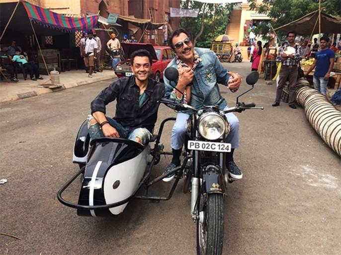 Look at Dharmendra-Bobby Deol on 'Yamla Pagla Deewana' set! | 'यमला पगला दीवाना'च्या सेटवर धर्मेंद्र-बॉबी देओलचा पहा 'शोले' अंदाज!