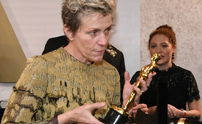 Oscar 2018: Incredible trophy by thieves; Frances McDermand's weeping-tears! | Oscar 2018 : चोरट्यांनी आॅस्कर ट्रॉफी केली लंपास; फ्रान्सेस मॅक्डरमॅण्डचे रडून-रडून झाले हाल!