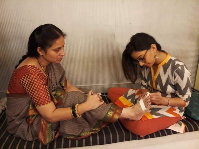 Treatment of rupture on the footsteps of Supriya Vinod of the frozen soup | गोठ मालिकेतील सुप्रिया विनोद यांच्या दुखऱ्या पायावर रुपल करतेय उपचार