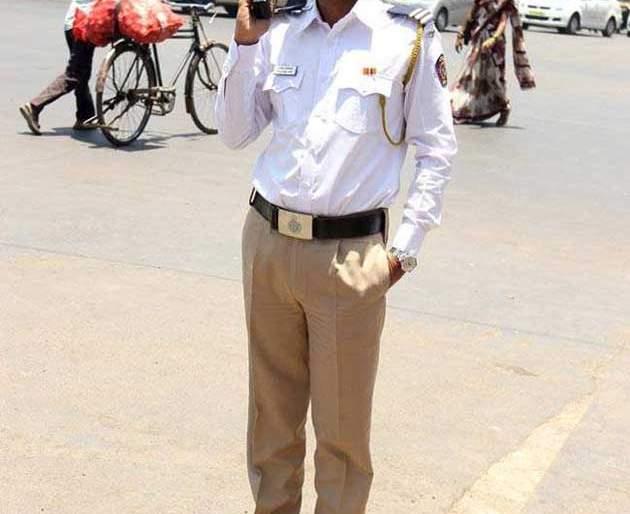 Traffic police became Manoj Bajpayee   मनोज वाजपेयी बनला ट्रॅफिक पोलिस