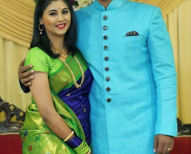 Pooja Purandare and Vijay Indalkar did the stir   पूजा पुरंदरे आणि विजय अंदाळकर यांनी केला साखरपुडा