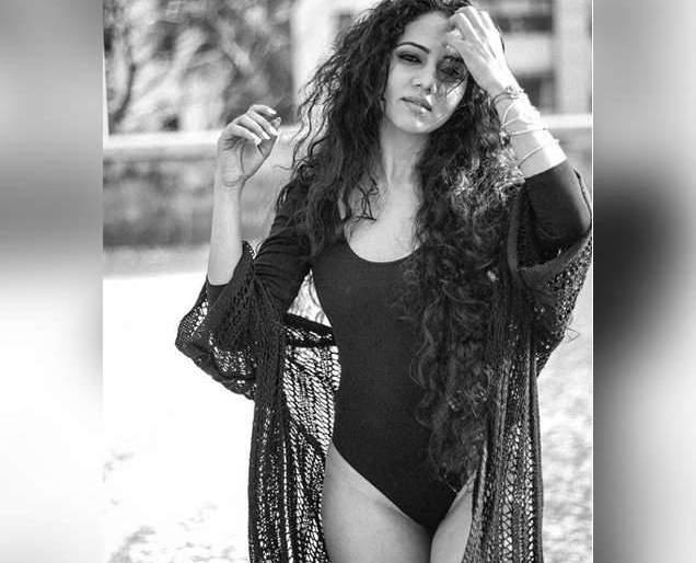 Hot-clicking on Bikini Look photos shared with the beach | बीचवर क्लिक केले बिकनी लूक फोटो शेअर करताच रंगल्या खुमासदार चर्चा