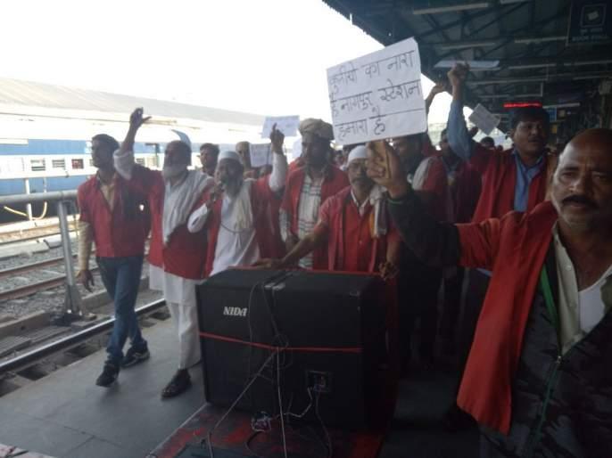 The kulies sloganeering against railway administration at the Nagpur railway station | नागपूर रेल्वेस्थानकावर कुलींची रेल्वे प्रशासनाविरुद्ध नारेबाजी