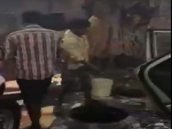 In dadar cars washed by gutar water   VIDEO - दादरमध्ये गटाराच्या पाण्याने धुतल्या जात होत्या गाडया, पोलिसांचीही होती मूक संमती