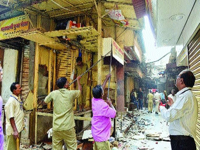 Touched the 55-odd barriers to breaking the rules, broke the illegal construction in 9 13 places, Mumbai Municipal Corporation's action started | नियम मोडणा-या५५ हॉटेलांना टाळे, ९१३ ठिकाणी बेकायदा बांधकाम तोडले,मुंबई महापालिकेची कारवाई सुरूच