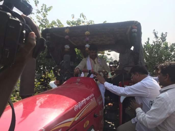 NCP protest against BJP government at vardha | विदर्भातील शेतकऱ्यांचा सरकारच्या पंचनाम्यावर विश्वास नाही, पवनारमध्ये शेतक-यानं कापसावर धनंजय मुंडेंनाच फिरवायला लावला ट्रॅक्टर