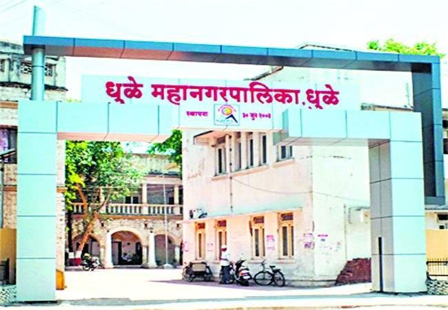 Penal action on 23 absent employees of Dhule Municipal | धुळे मनपातील २३ गैरहजर कर्मचाऱ्यांवर दंडात्मक कारवाई