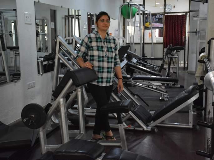 The first woman gym trainer of Akola gives 'fitness' lessons | पुरुषांची मक्तेदारी मोडून अकोल्यातीलपहिल्या महिला जीम ट्रेनर देवयानी देताहेत 'फिटनेस'चे धडे