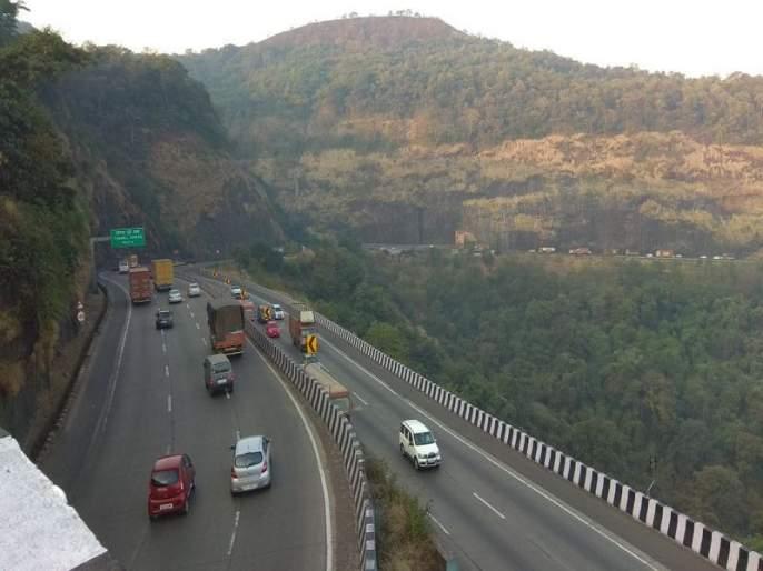 Mumbai-Pune Expressway breathed freely, due to frequent vacations, three-day traffic movement | मुंबई- पुणे द्रुतगती मार्गाने घेतला मोकळा श्वास, सलग सुट्टयांमुळे तीन दिवस होती वाहतूक कोंडी
