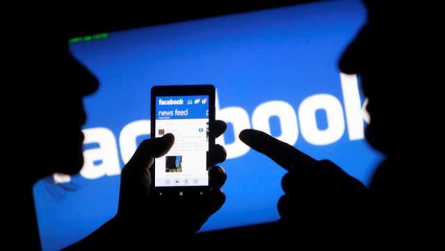 Pune: 42 lakhs of frauds from Facebook friends, doctor fraud of woman   पुणे : 'फेसबुक' मैैत्रीवरून 42 लाखांचा गंडा, डॉक्टर महिलेची फसवणूक