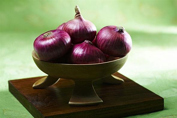 Onion is easiest solution for hair grow | केस वाढवायचे आहेत तर कांदा लावा!