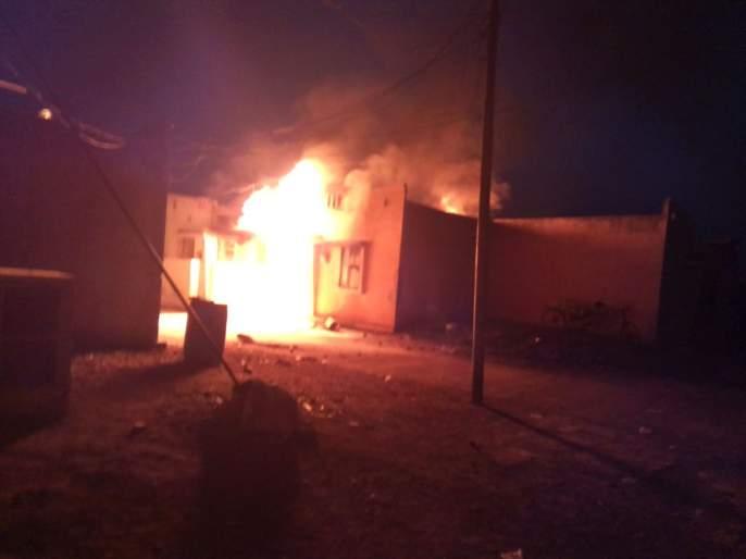 300 liters of petrol in the house; Burning house at Murthijapur   घरात अवैधरित्या ठेवलेल्या ३०० लीटर पेट्रोलचा भडका; मूर्तिजापुरात घर जळून खाक