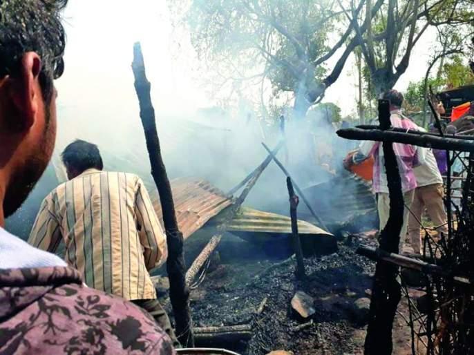 Buldana: hatedi four home damage by fire | बुलडाणा : हतेडी येथे आग लागून चार घरांचे नुकसान