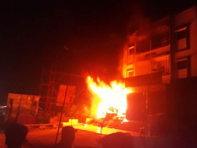 Chandrutur electricity sub-station severe fire, | चंद्रपूरात वीज उपकेंद्रात भीषण आग, ट्रान्सफॉर्मरच्या स्फोटाने परिसर हादरला
