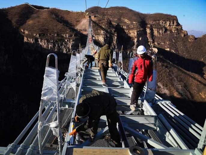 The world's tallest glass bridge built in China | चीनमध्ये बनलाय जगातील सगळ्यात उंच काचेचा पूल