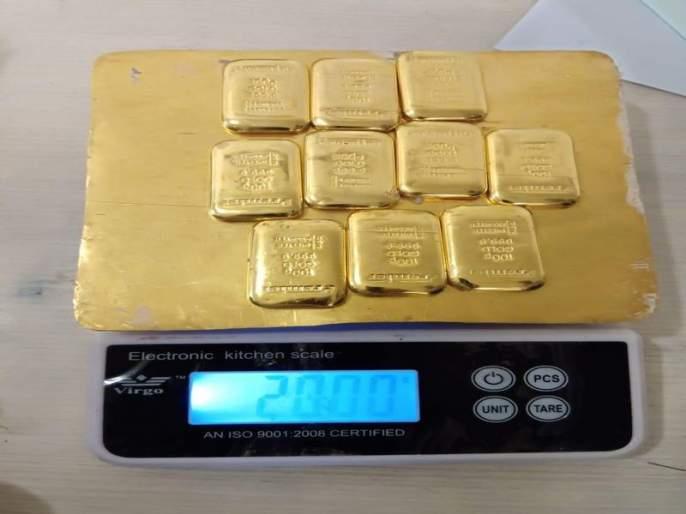Two kg of gold smugglers to the international airport   आंतरराष्ट्रीय विमानतळावर २ किलो सोनं तस्करी करणाऱ्यास बेड्या