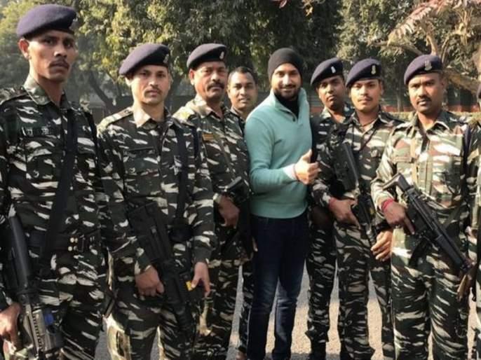 Harbhajan Singh trolled for posting photo with soldiers | हरभजन सिंगने जवानांसोबतचा फोटो केला पोस्ट, पण तरीही सोशल मीडियावर झाला ट्रोल