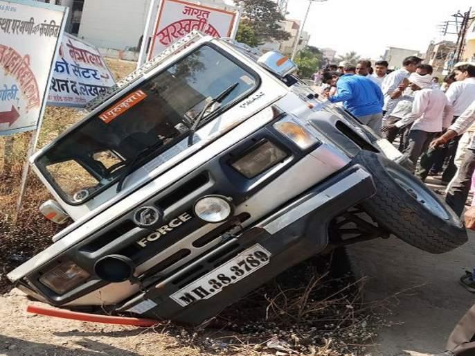 Jeep of students meets an accident at hingoli; Three minor injuries   विद्यार्थ्यांची वाहतूक करणार्या जीपला हिंगोलीत अपघात; तिघे किरकोळ जखमी