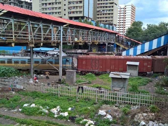 Local services have been cancelled due to the collision of the goods train near Kurla station   कुर्ला स्थानकाजवळ मालगाडी घसरल्याने प्रवाशांचे हाल, वाहतूक विस्कळीत