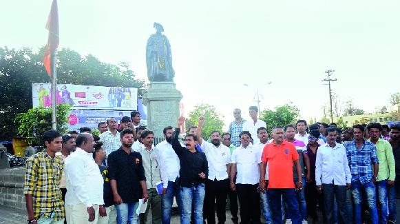Massacre on Sadabhauj: The demonstrations of the Rai revolution in Ichalkaranji | सदाभाऊंवरील दगडफेकीचे पडसाद: इचलकरंजीत रयत क्रांतीची निदर्शने