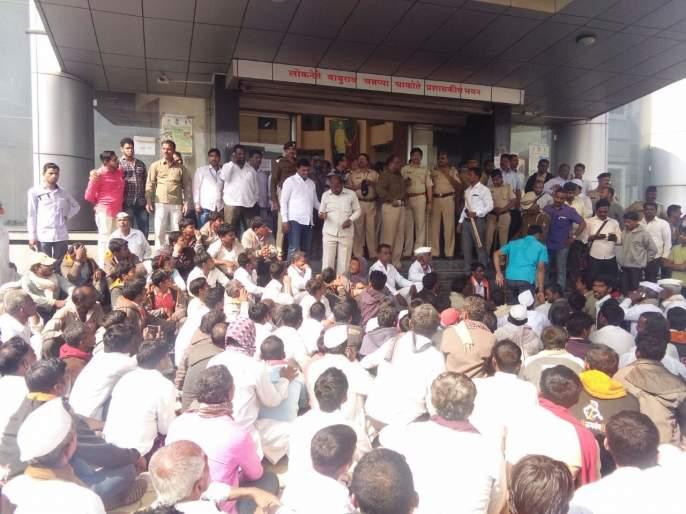 Bhima Koregaon case lodged in Solapur, pelted stones, auctioned off, road blockade | भिमा कोरेगाव प्रकरणाचे सोलापूरात पडसाद, दगडफेक, लिलाव बंद पाडले, रास्ता रोको आंदोलन