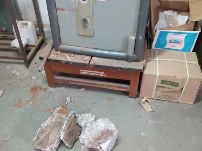 A stone throwing stone at Jalgaon District Milk Union and trying to break the safe | जळगाव जिल्हा दूध संघातील बँकेत दगड टाकून तिजोरी फोडण्याचा प्रयत्न