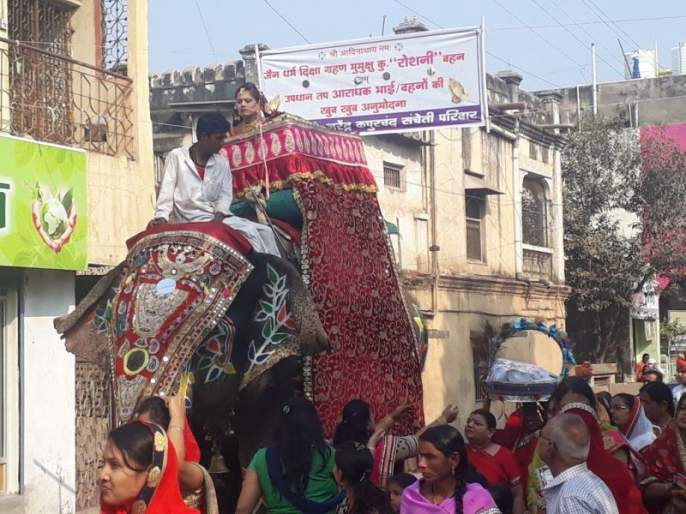 Jain community celebrations at Khamgaon on the occasion of Ashtaniyika Mahotsav | अष्टान्हिका महोत्सवानिमित्त खामगावात निघाली जैन समाजाची शोभायात्रा
