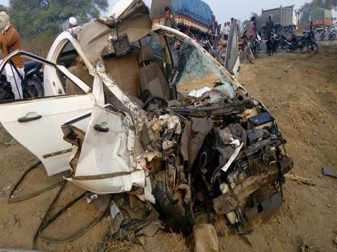 Two people were killed in a car and a truck accident in Kedarkheda | केदारखेडा येथे कार व ट्रकच्या भीषण अपघातात दोन ठार
