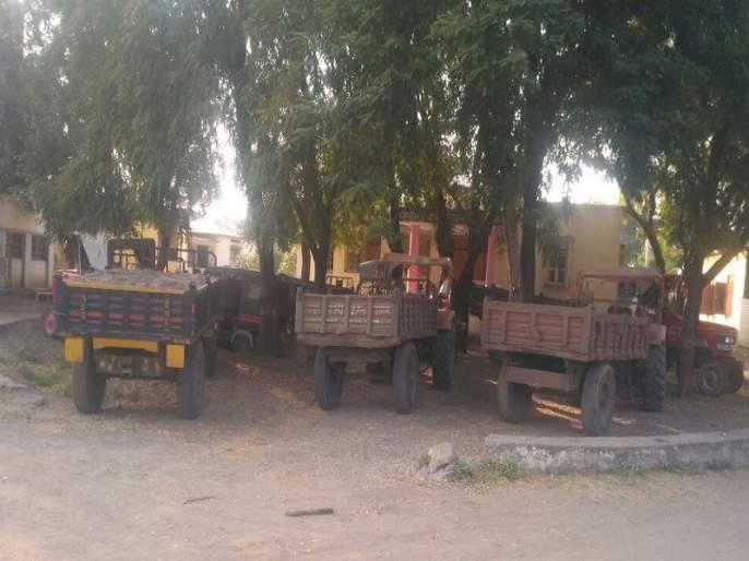 MP stuck in Illegal sand traffic; Administration took action against 14 vehicles | अवैध वाळू वाहतुकीत अडकला खासदारांचा ताफा; प्रशासनाने तत्परतेने केली १४ वाहनांवर कारवाई