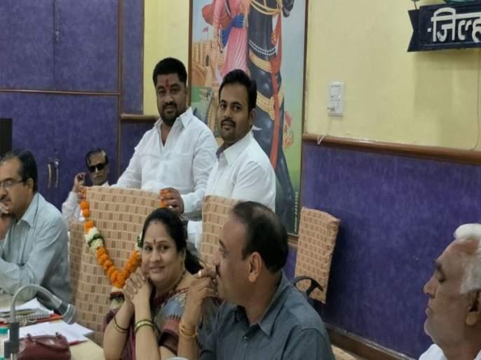 Defeat by members of Jalgaon District P.O.O. | जळगाव जि.प.सी.ई.ओ.यांच्या खुर्चीला सदस्यांकडून हार