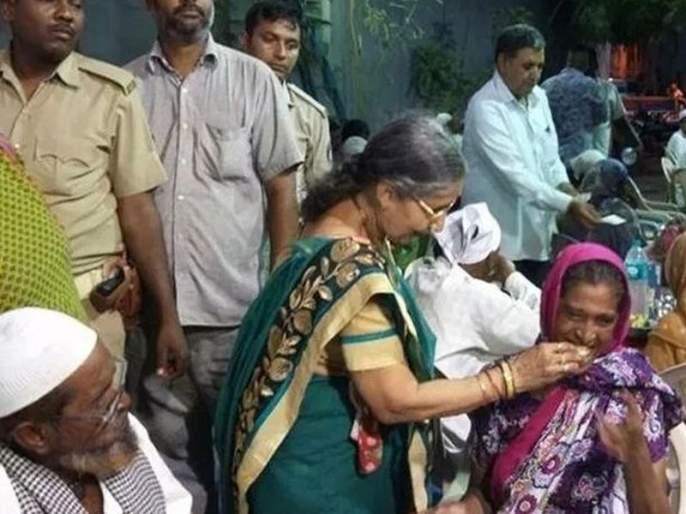 pm narendra modis wife jashodaben attends iftar party in ahmedabad | पंतप्रधान मोदींच्या पत्नी जशोदाबेन इफ्तार पार्टीत सहभागी; मुस्लिमांना फळांचं वाटप