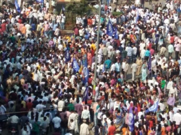 Violent turn of the Kalyan-Dombivli movement, splintering vehicles, attacked Shiv Sena central office | कल्याण-डोंबिवलीत आंदोलनाला हिंसक वळण, गाडया फोडल्या, शिवसेनेच्या मध्यवर्ती शाखेवर हल्ला
