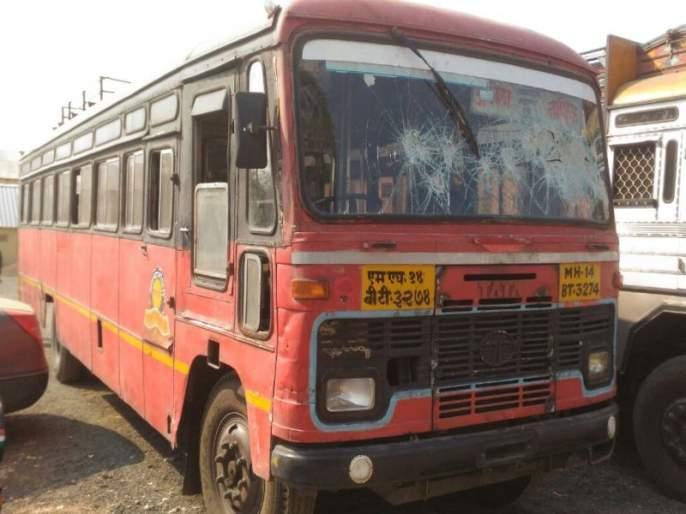 Korgaon Bhima collapses in bulge in Buldhana   कोरेगाव भीमा घटनेचे बुलडाण्यातील खामगावात पडसाद, राष्ट्रीय महामार्गावर फोडली एसटी