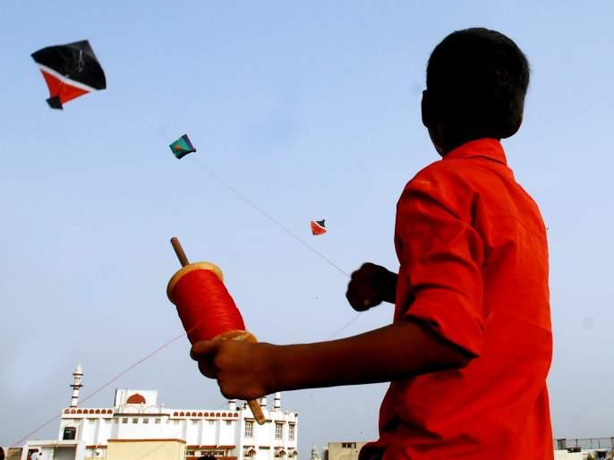 Shops at the city for the month of Kite festival, from 2 rupees to thousand rupees kites | पतंगमहोत्सवानिमित्त शहरातील दुकाने सजली, २ रुपयांपासून ते हजार रुपयांपर्यंत पतंग