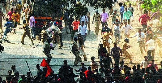 Violent turn of Bandala in Kolhapur   कोल्हापुरात बंदला हिंसक वळण
