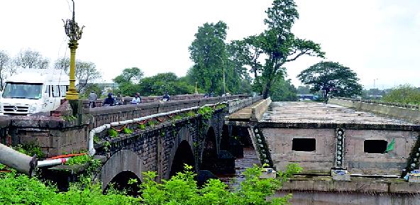 Free the alternative Shivaji bridge | पर्यायी शिवाजी पुलाचा मार्ग मोकळा