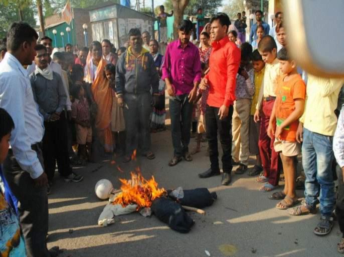 The symbolic statue of the government, combustion of Saigawi is closed: the Bhima Koregaon incident | सरकारच्या प्रतिकात्मक पुतळ्याचे दहन, सायगावी कडकडीत बंद : भिमा कोरेगाव घटनेचे पडसाद