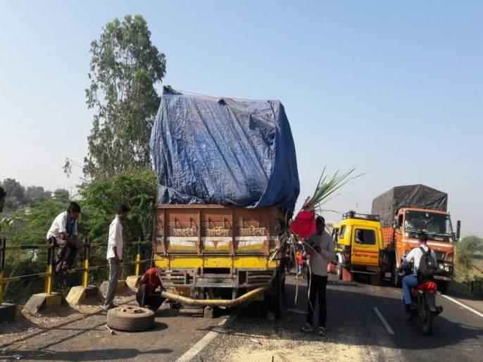 Road accident in Latur, 7 people died   लातूरजवळ क्रूझरचा भीषण अपघात, 7 जणांचा जागीच मृत्यू, 13 जण गंभीर जखमी
