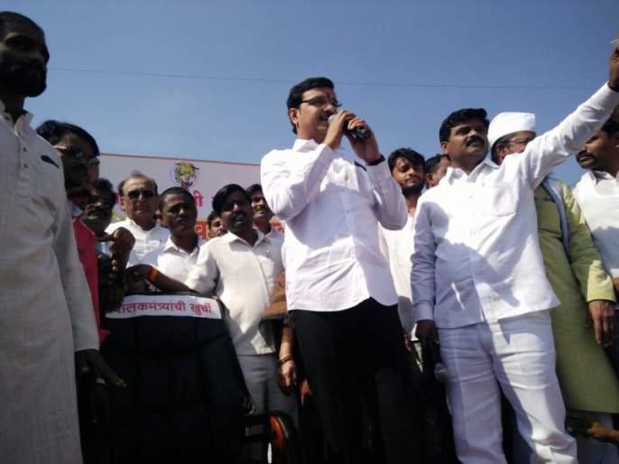 shivsena protest against bjp at Latur | राज्य सरकारवर नाकर्तेपणाचा आरोप करत शिवसेनेकडून लातूरच्या पालकमंत्र्यांच्या खुर्चीचा लिलाव