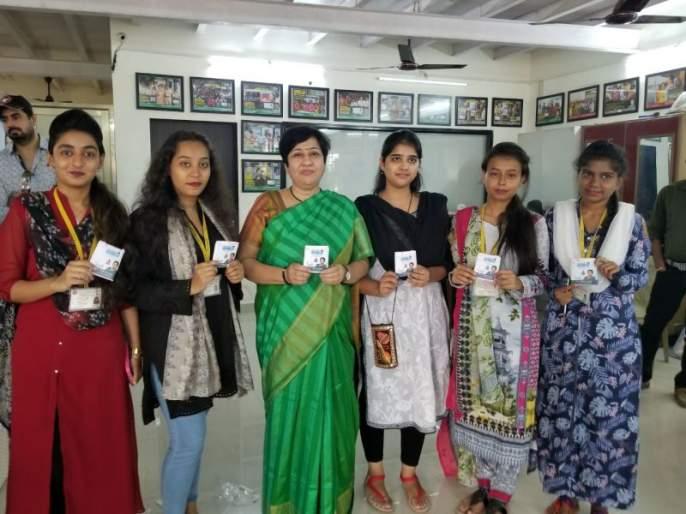 Waliia college girl students took 'Padwuman' on the occasion of World Women's Day Bharti Lavekar's visit | जागतिक महिला दिनानिमित्त वालिया कॉलेजच्या विद्यार्थिनींनी घेतली 'पॅडवुमन' डॉ. भारती लव्हेकर यांची भेट