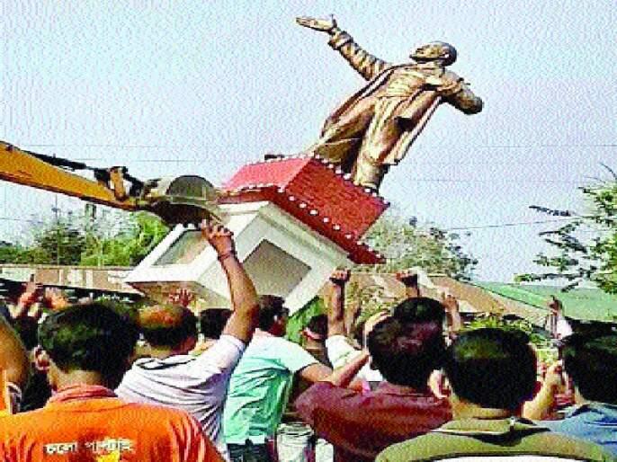 Tripura mob lifts another statue of Lenin, breaks Marxist offices and houses | त्रिपुरात जमावाने लेनिन यांचा आणखी एक पुतळा पाडला, मार्क्सवाद्यांची कार्यालये व घरेही फोडली