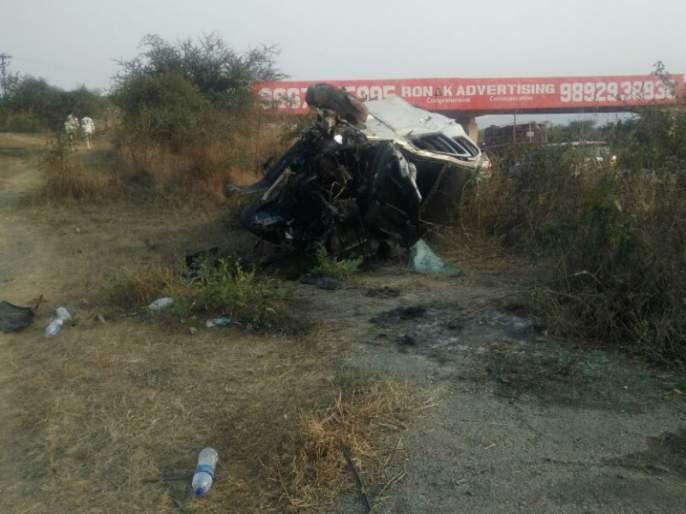Accident on Mumbai-Pune expressway; One seriously injured   चालकाचे नियंत्रण सुटल्याने मुंबई-पुणे द्रुतगती महामार्गावर अपघात; एक गंभीर जखमी