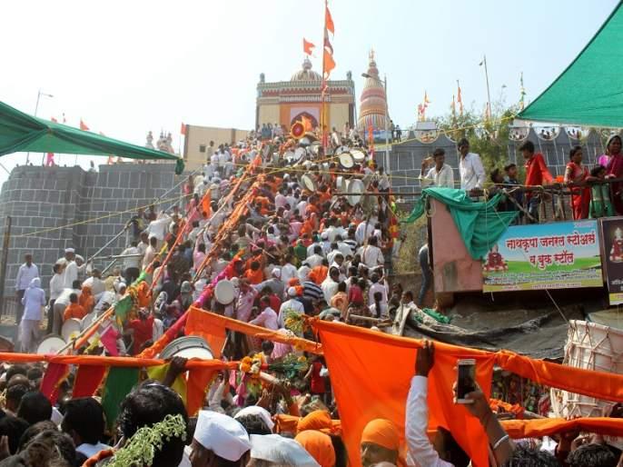 The devotees of Shri Bharti in the area | श्री क्षेत्र मढीत भाविकांची मांदियाळी
