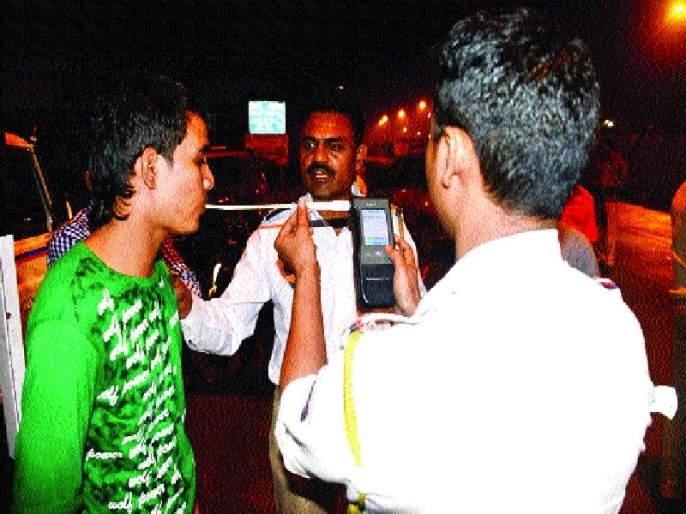 Police's stern look at Talairam | तळीरामांवर पोलिसांची करडी नजर