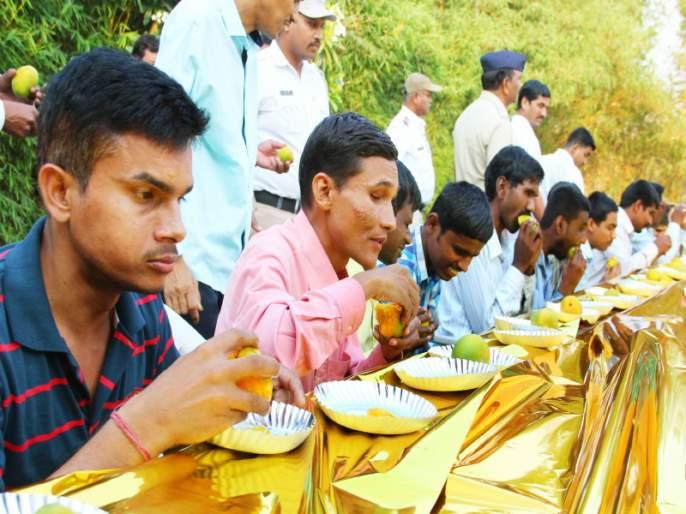 divyaang students tasted mangoes sweetness | दिव्यांगांनी चाखला आंब्याचा गोडवा