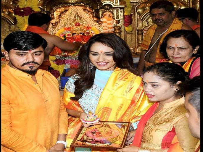 manushi chillar with family at siddhivinayak temple in mumbai | मिस वर्ल्ड मानुषी छिल्लरनं कुटुंबीयांसोबत घेतले सिद्धिविनायकाचे दर्शन