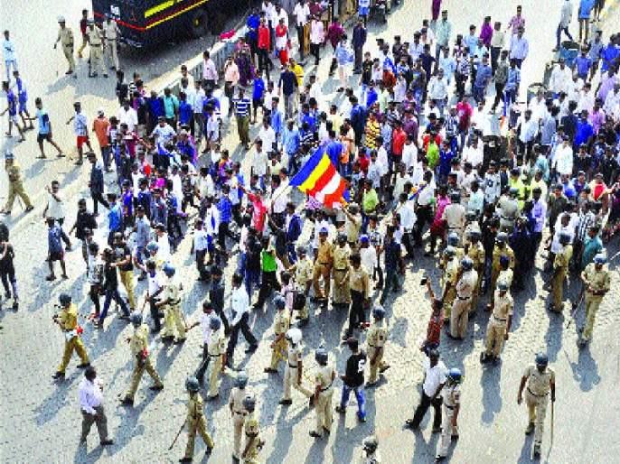 'Maharashtra Bandh' started violently in Mumbai, stone-throwing at the police station | 'महाराष्ट्रबंद'ला मुंबईत लागले हिंसक वळण, पोलीस ठाण्यावर दगडफेक