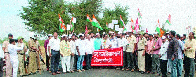 Stop the Congress road to oppose land acquisition, traffic jam on the Miraj-Pandharpur road | भूसंपादनास विरोधासाठी काँग्रेसचा रास्ता रोको मिरज-पंढरपूर रस्त्यावर वाहतूक ठप्प